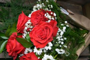 rosas rojas y margaritas