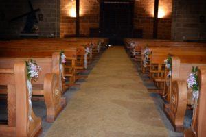 arreglo de rosas para bancos iglesia