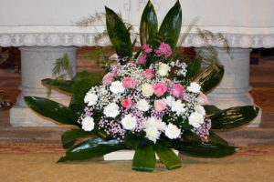 centro rosas boda altar iglesia