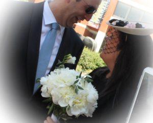 novio con ramo de flores blancas