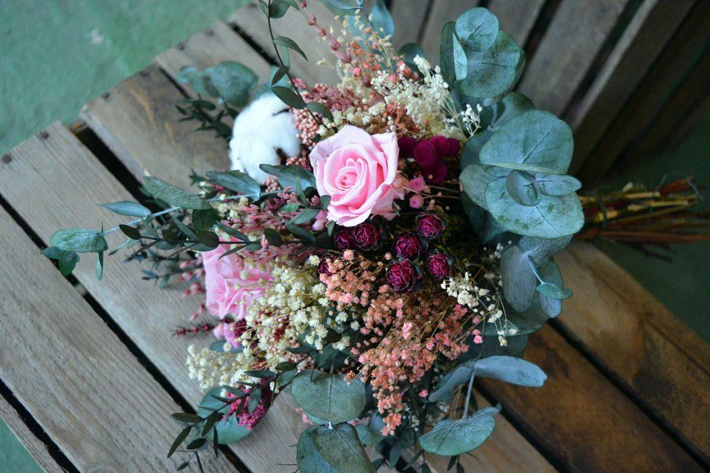 Ramo de novia en tonos rosas, cereza y granate