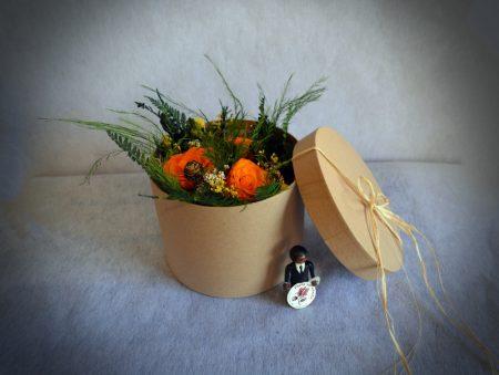 caja rosas naranja preservadas